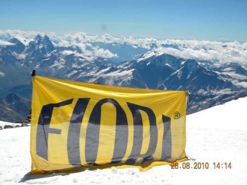 Флаг FIORI на вершине Эльбруса, вместе с командой ТЕХНОВАЦИЯ